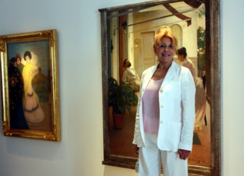 Carmen Thyssen in front of two of the exhibition's paintings (by M. López)