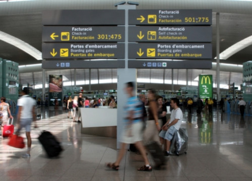 Passengers travelling through Barcelona El Prat's Terminal 1 a few months ago (by ACN)
