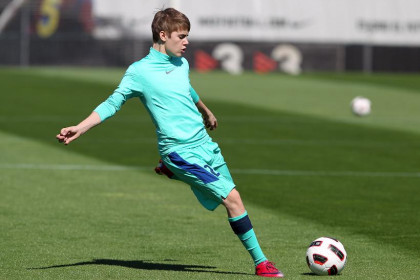 Justin Bieber played a quick game with some Barça players (by FC Barcelona)