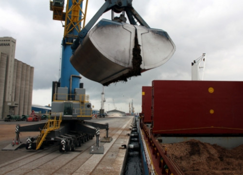 Exporting biomass from Tarragona's port to Italy (by R. Segura)