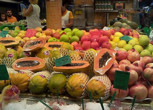 A fruit stall at La Boqueria market (by A. Martínez)