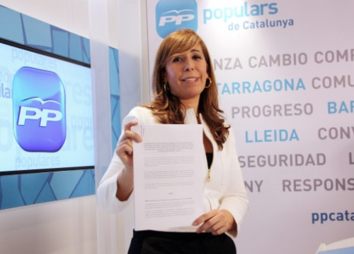 The PP's President in Catalonia, Alícia Sánchez-Camacho, showing the agreement's document (by P. Mateos)