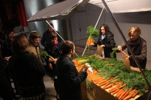 The staff of Bescanó's theatre selling carrots in November 2012 (by N. Guisasola)