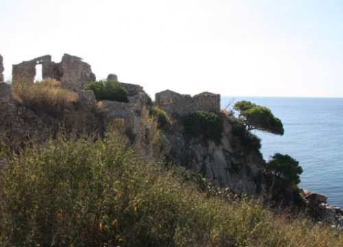 The castle's remains, looking at the Mediterranean Sea (by X. Pi)
