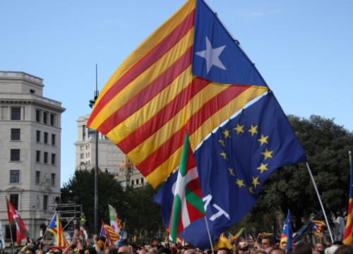 The Catalan independence flag and a European Union flag at the Catalan Way (by A. Moldes)