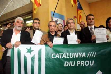 Some of the mayors from the 11 town halls that paid their taxes to the Catalan Government's agency (by P. Mateu)