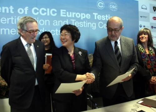 The Mayor of Barcelona (left), the CCIC Group's Vice President (centre) and the Catalan Business Minister (right) opening the new lab on Monday (by L. Fíguls)
