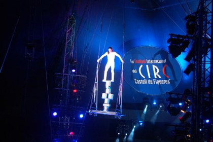 A trapeze artist in Figueres' International Circus Festival (by M. Vicens)