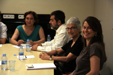Ada Colau (left) meeting with Jordi Sánchez (white shirt) and Muriel Casals (centre) (by ACN)