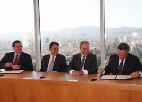 From left to right, Francesc Xavier Mena, Artur Mas, Salvador Gabarró and Rafael Villaseca signing the agreement (by J. Molina)