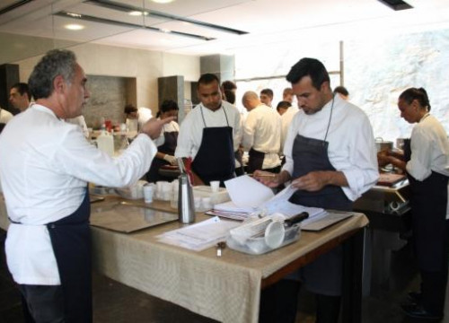 The kitchen of El Bulli with Ferran Adrià (left) (by V. Gumà)