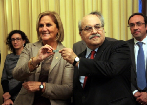 The Catalan Parliament's President, Núria de Gispert (left) receives the USB stick with the Catalan Government's budget from Andreu Mas-Colell (right) (by P. Mateu)