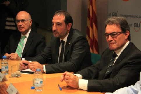 The Catalan President, Artur Mas (right), with leading members of the CiU on Monday (by P. Mateos)