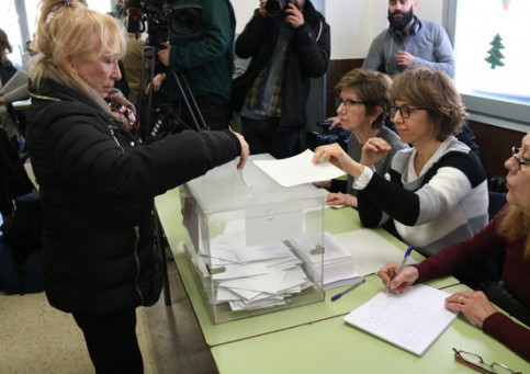 A woman casts her ballot (by ACN)