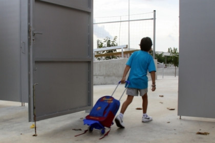 A kid entering a school in the Maresme county