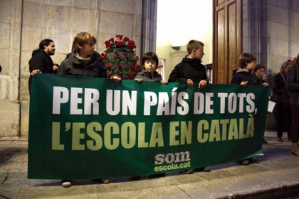 Children in Tarragona holding the demonstration's banner: 'For a country for all, school in Catalan' (by R. Segura)