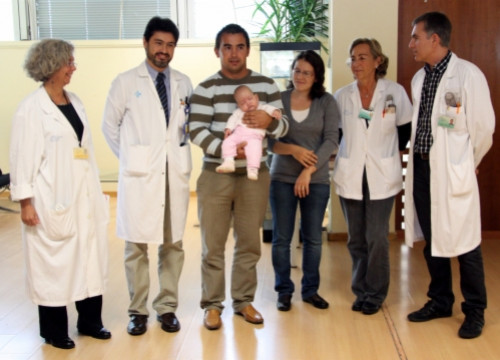 Esther, her parents, and Vall d'Hebron's medical team who developed the new surgical technique (by M. Bélmez)