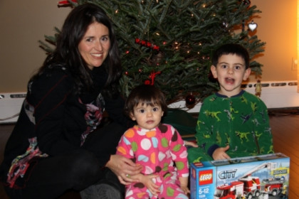 Esther with her children, Laia and Liam, next to the family Christmas tree (by A. Matamoros)