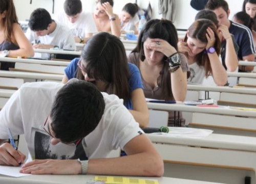 Students from Girona taking the university access exam (by T. Tàpia)