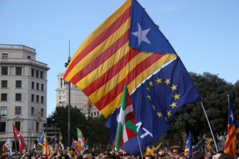 A Catalan independence flag next to a European Union one, in the last massive demonstration for independence (by A. Moldes)