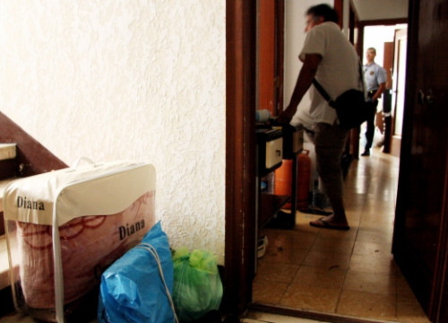 A family being evicted from its home in L'Hospitalet del Llobregat in June 2011 (by ACN)