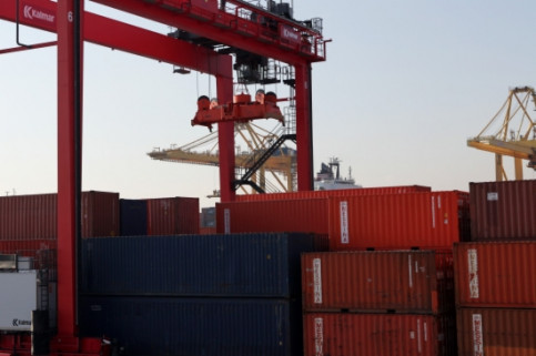 Cranes and containers in the Port of Barcelona (by ACN)