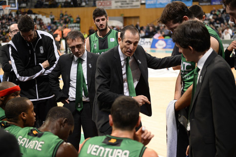 Salva Maldonado talking with his players (by FIATC Joventut)