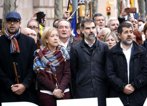 The presidents of the ACM, Miquel Buch; the AMI, Neus Lloveras; Òmnium Cultural, Jordi Cuixart; and the ANC, Jordi Sànchez, accompanying Carme Forcadell to Court (by ACN)