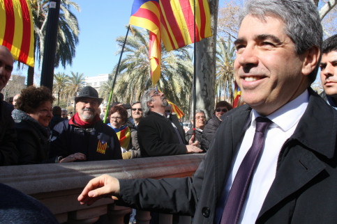 People supporting former Catalan Ministry for Presidency, Francesc Homs, when he voluntarily testified to Catalonia's Supreme Court (TSJC) in March (by ACN)