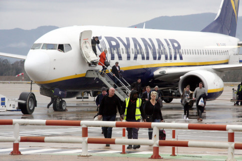 Tourists disembarking a Ryanair plane at the Girona-Costa Brava airport (by ACN)