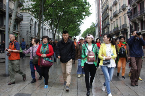 Tourists enjoy a Sunday in the streets of Barcelona (Santiago, S)