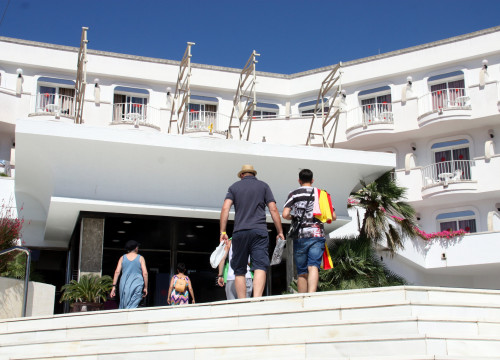 Tourists entering hotel Marina Sands in Lloret de Mar (by ACN)