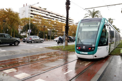 Image of a tram in Barcelona's Pius XII square in 2016 (by Laura Fíguls)