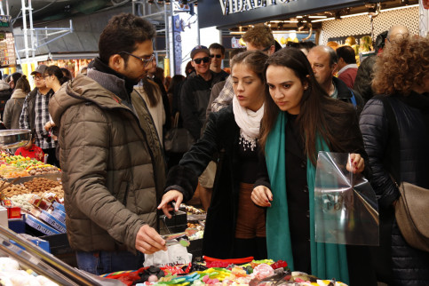 Tourists buying sweets at the Boqueria market in central Barcelona (by ACN)