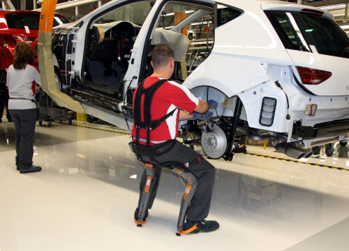 An auto worker with a Seat León in the Martorell plant on April 19, 2018 (by Àlex Recolons)