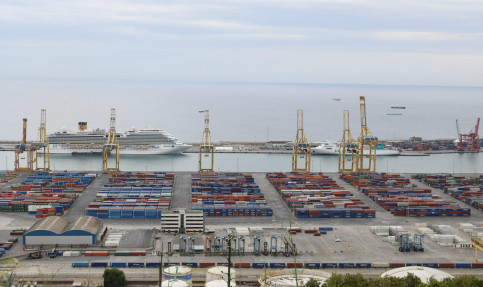 Containers and cranes at the Port of Barcelona (by ACN)