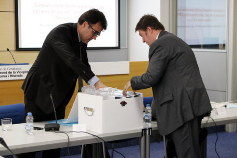 The secretary of finance, Lluís Salvadó, opening the box containing Hard Rock proposal