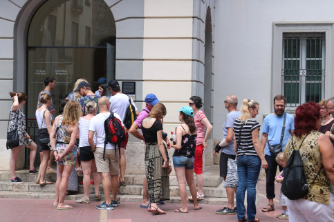 Access to the Dalí Theater-Museum with a line of people waiting to enter on July 13 2017 (by Marina López)