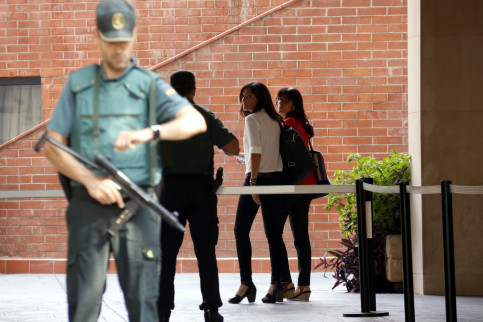 Exterior communications director entering the Guardia Civil office (by ACN)