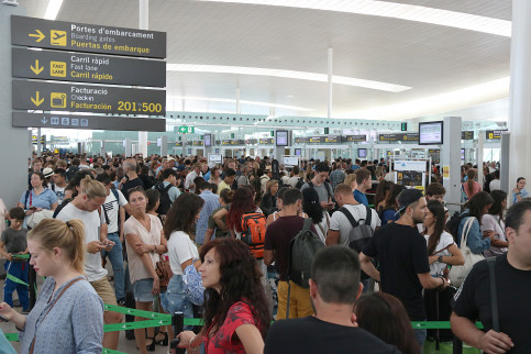 Long lines at Barcelona Airport security check on Friday morning, August 4 (by ACN)