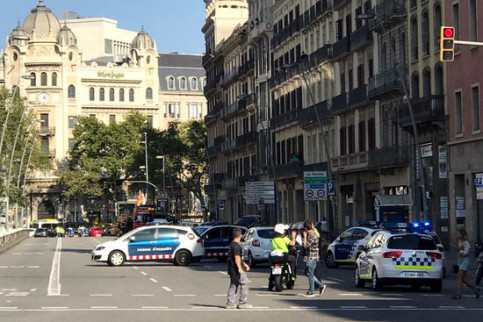 Ambulances and police vehicles some minutes after the terror attacks on August 17, 2017 (by Carlos Fernández)