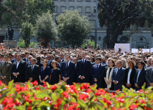 Spain's king Felipe VI accompanied by political officials at the mourning ceremony for the Barcelona terror attacks in August 2017 (by ACN)