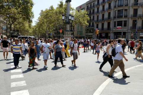 Citizens and tourists in Plaça Catalunya, in Barcelona (by Josep Ramon Torné)