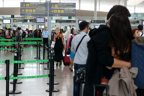 Security checks at Barcelona airport (by ACN)