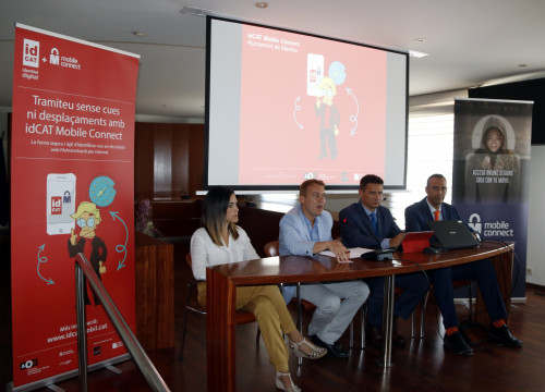 Representatives of the AOC, Manlleu Town Hall, GSMA, Movistar, Vodafone, and Orange present idCAT Mobile Connect (by ACN)