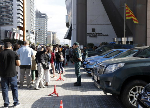Spain's Guardia Civil agents in front of a Catalan ministry (by ACN)