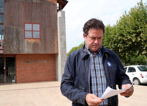The mayor of Oliana with the letter delivered by Spain's Guardia Civil (by ACN)