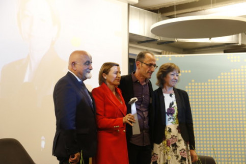 The former Catalan parliament speaker, Carme Forcadell, with the Coppieters Award in Brussels on September 26, 2017 (by Blanca Blay)
