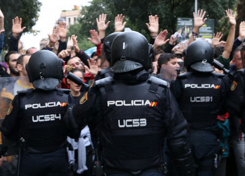 Spanish police officers on referendum day (by ACN)