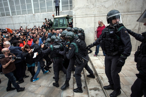 Guardia Civil agents confront people outside a polling station in Catalonia (by ACN)